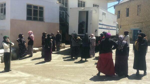 Места сбора людей в поселке обрабатывали белизной