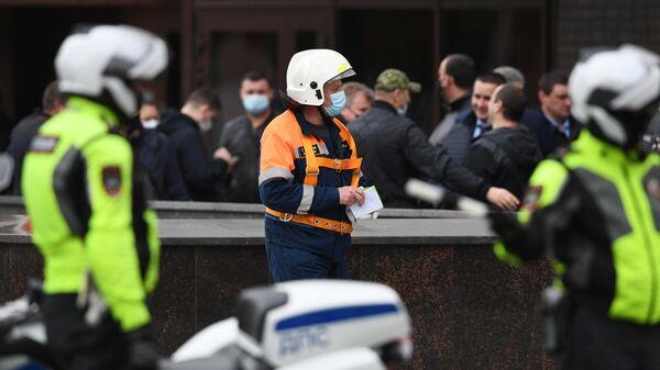 У входа в отделение Альфа-банка в центре Москвы, откуда поступило сообщение, что неизвестный удерживает несколько человек и угрожает взорвать отделение