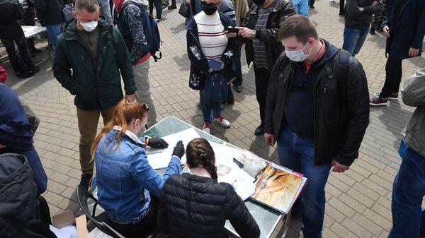 Участники пикета по сбору подписей за выдвижение кандидатов на пост президента Белоруссии в Минске