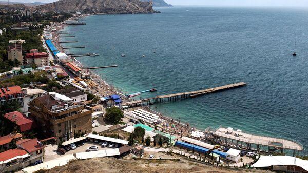 Вид на набережную с Генуэзской крепости в Судаке