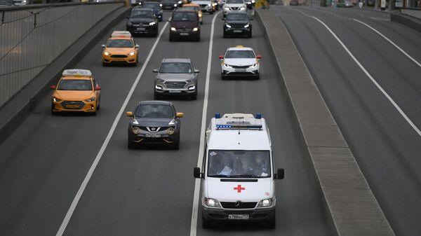 Автомобиль скорой помощи на одной из улиц в Москве