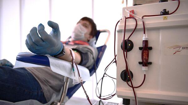 Донор, переболевший COVID-19, во время сдачи крови в Москве