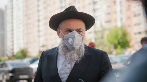 Президент Федерации еврейских общин России (ФЕОР) раввин Александр Борода раздает врачам средства защиты  от COVID-19