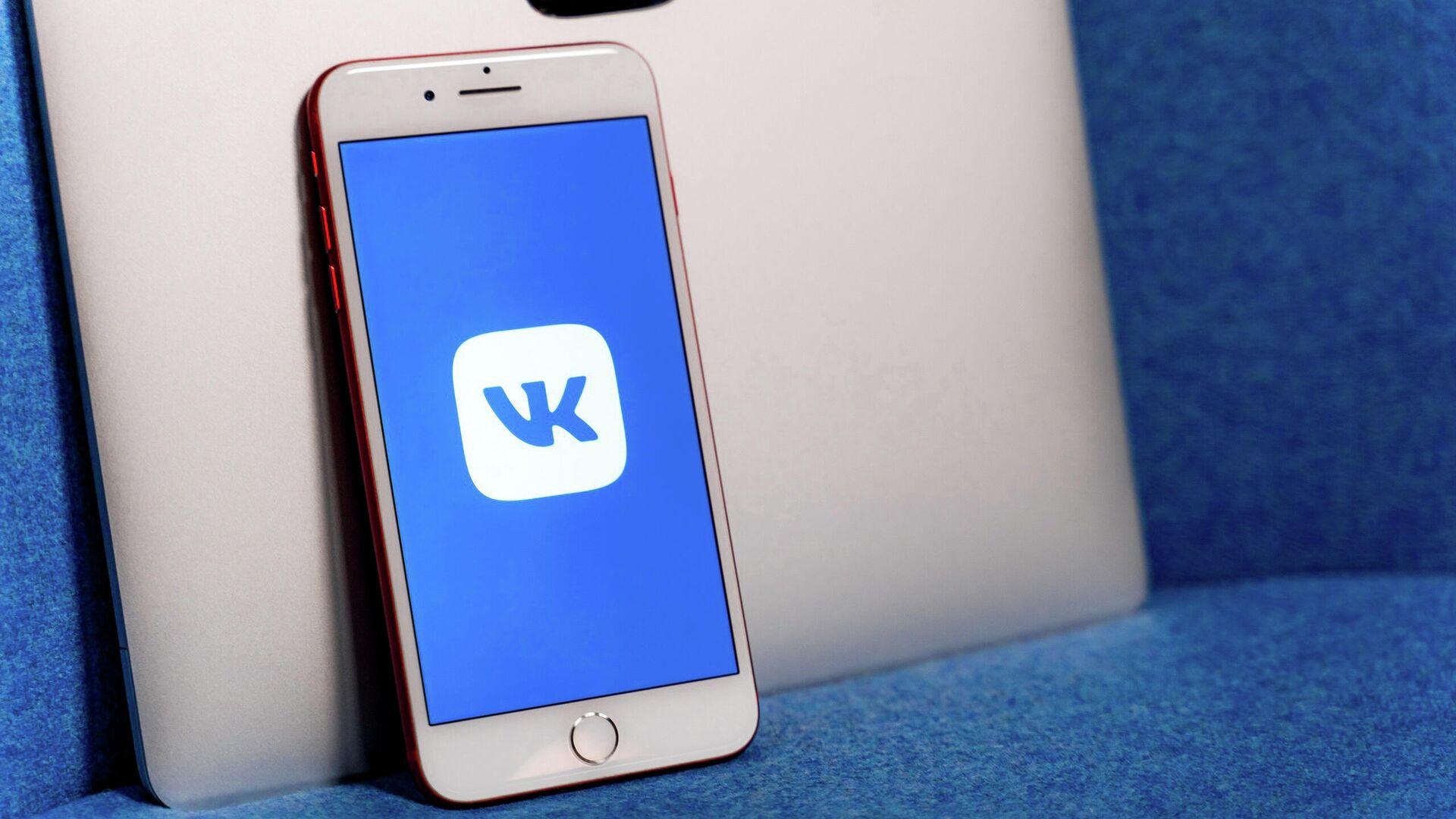 Логотип ВКонтакте на экране смартфона - РИА Новости, 1920, 14.09.2020