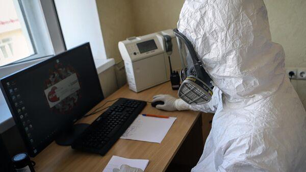Медицинский работник в госпитале для зараженных коронавирусной инфекцией COVID-19 в Черкесске