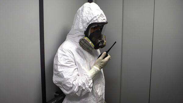 Медицинский работник с рацией в госпитале для зараженных коронавирусной инфекцией COVID-19 в Черкесске