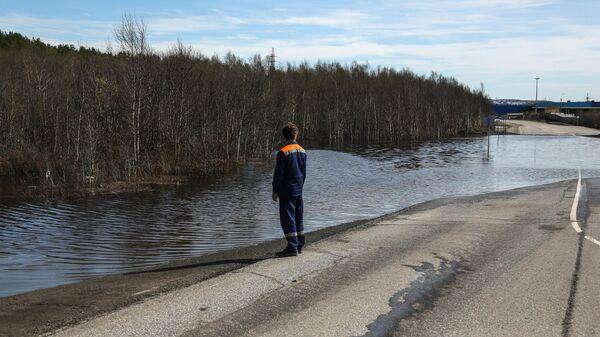Затопленный в результате паводка участок дороги при подъезде к Мурманску