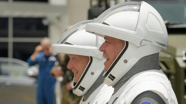 Астронавты Дуглас Херли и Роберт Бенкен (справа) - члены экипажа корабля Crew Dragon прощаются с семьями перед тем, как отправиться на стартовую площадку для полета на МКС