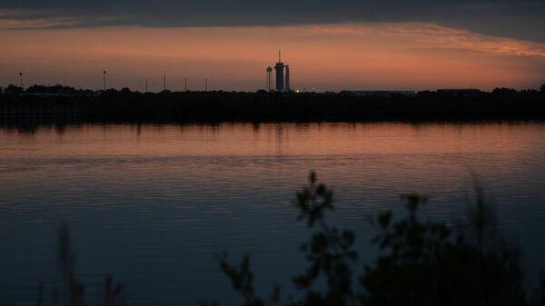 Американский космический корабль Crew Dragon, установленный на стартовой площадке Launch Complex 39A на острове Уилсон во Флориде