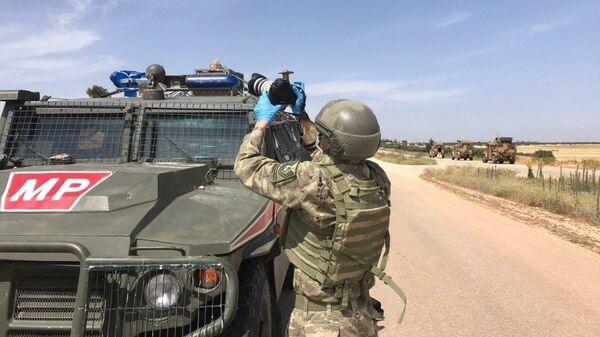 Российские и турецкие военные во время совместного патрулирования в провинции Идлиб, Сирия