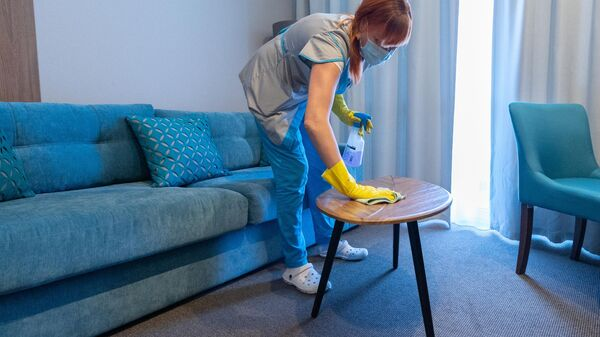 Сотрудница санатория Знание в Сочи готовит номер к приему гостей