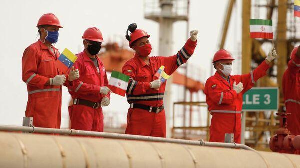 Сотрудники компании PDVSA втречают танкер Fortune с топливом из Ирана
