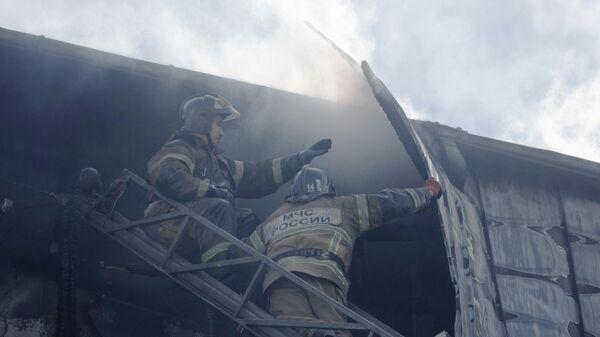 Пожарные работают на месте возгорания кровли бизнес-центра Парус в Тюмени