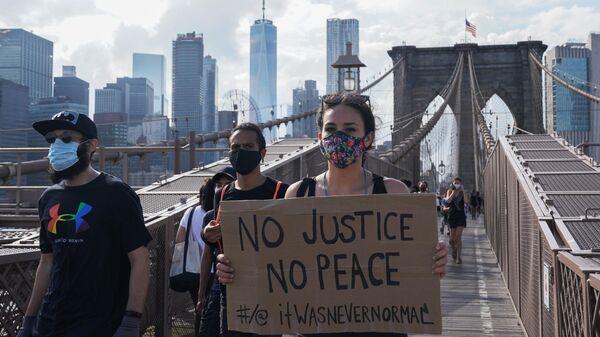 Участники протеста, вызванного смертью афроамериканца Джорджа Флойда, на одной из улиц Нью-Йорка