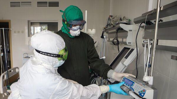 Сотрудники инфекционного корпуса, где лечат пациентов с COVID-19