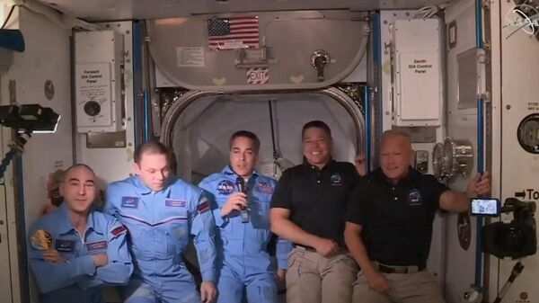 Экипаж принадлежащего SpaceX корабля Crew Dragon перешел на Международную космическую станцию. Стоп-кадр трансляции