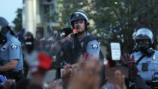 Сотрудники полиции во время акции протеста в Миннеаполисе