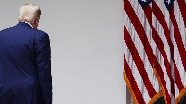 Президент США Дональд Трамп после окончания брифинга в Розовом саду Белого дома