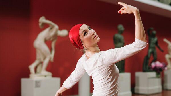 Балерина Екатерина Шипулина выступает на онлайн-концерте Оптимистические выступления. Живой эфир в рамках XX юбилейного фестиваля Черешневый лес