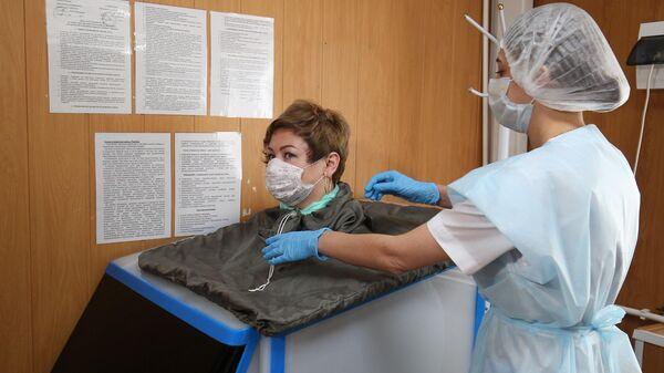 Отдыхающий во время процедуры в санатории