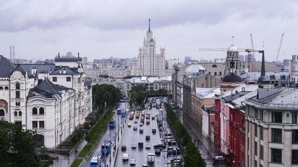 Вид со смотровой площадки Центрального Детского Мира на Лубянке на высотное здание на Котельнической набережной в Москве
