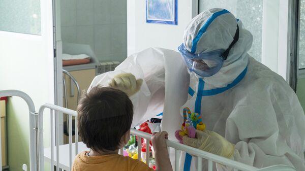 Медик с юным пациентом