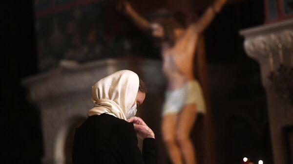Верующая в храме Христа Спасителя в Москве, открывшемся после карантина