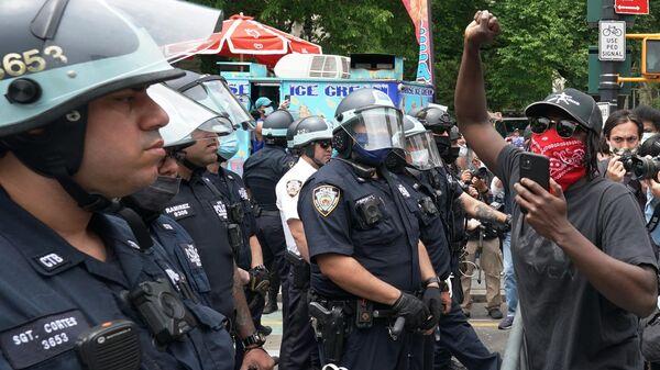Полицейские стоят в оцеплении во время протестов на одной из улиц Нью-Йорка