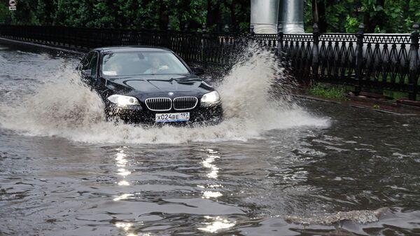 Автомобиль движется по Красногвардейскому бульвару после дождя в Москве