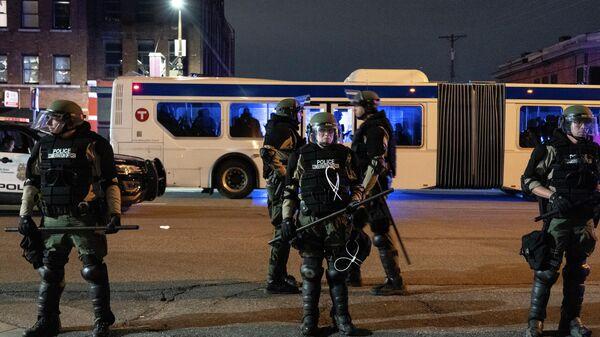 Сотрудники полиции в оцеплении в Миннеаполисе после ареста протестующих