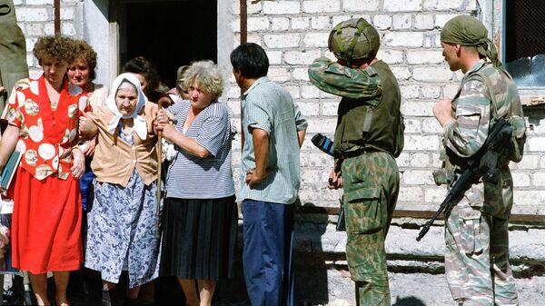 Заложники, удерживаемые группой чеченских боевиков в больнице города Буденновска, во время освобождения