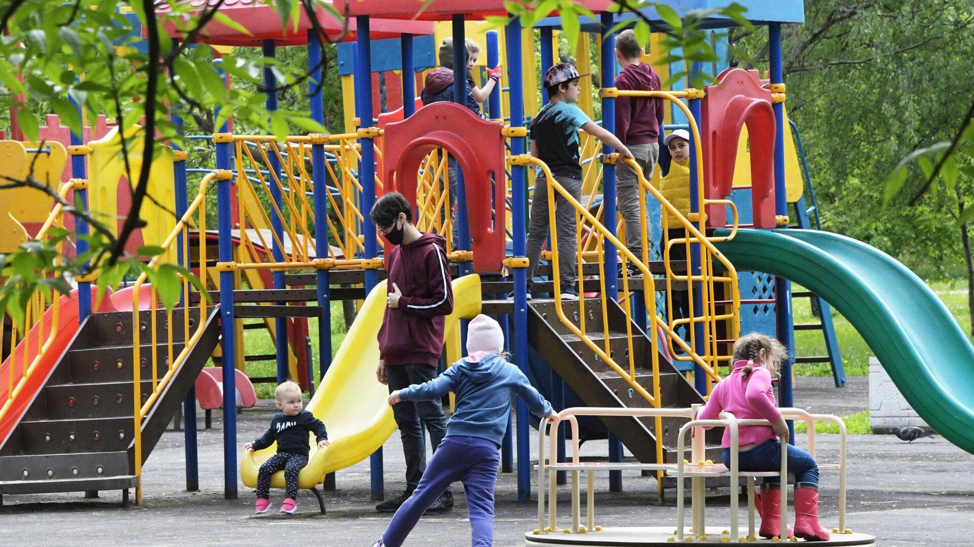 Жители Москвы отдыхают в Народном парке на Ленинском проспекте - РИА Новости, 1920, 23.04.2021