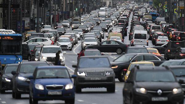 Движение автомобилей на Тверской улице
