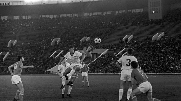 Игровой момент матча сборных СССР и Финляндии. Архив, 1968 год