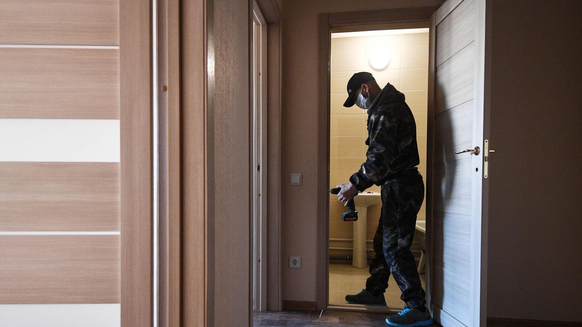 Рабочий во время чистовой отделки квартиры - РИА Новости, 1920, 07.10.2021