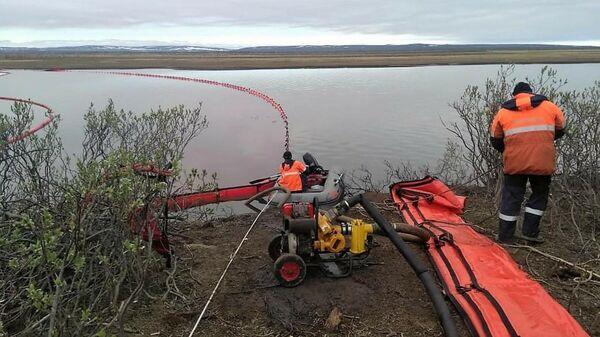 Специалисты Морспасслужбы во время ликвидации последствий аварии на ТЭЦ-3 Норильска