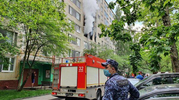 Работа пожарно-спасательных подразделений по ликвидации возгорания в жилом доме на улице Дорожная в ЮАО