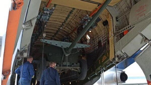 Погрузка противотанковой пушки МТ-12 Рапира на самолет Ил-76 для отправки в Усть-Кутский район