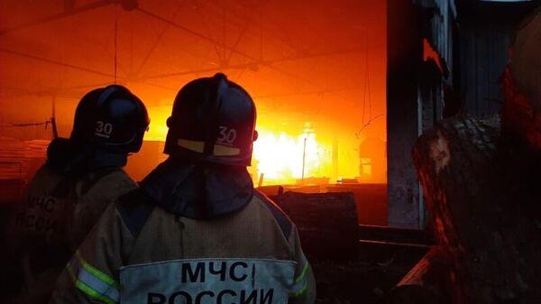 Сотрудник МЧС во время тушения пожара в складском помещении по улице Целинная в Хабаровске