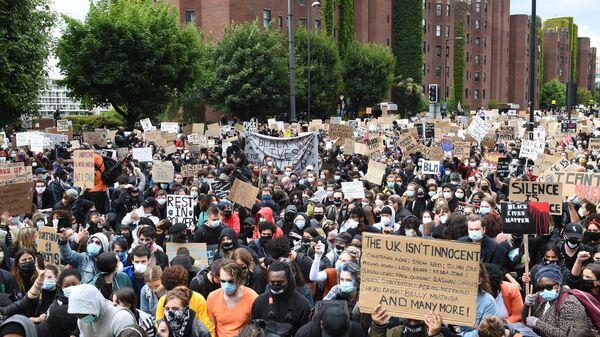 Участники акции протеста против полицейского насилия перед зданием посольства США в Лондоне