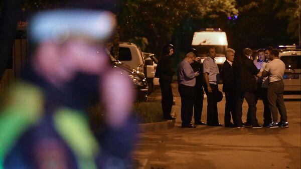 Сотрудники полиции возле дома на улице Строителей в Москве, где мужчина произвел несколько выстрелов из неустановленного оружия