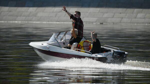Люди катаются на моторной лодке в Центральном парке культуры и отдыха имени Горького в Москве