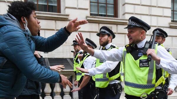 Участники акции протеста против полицейского насилия в Лондоне
