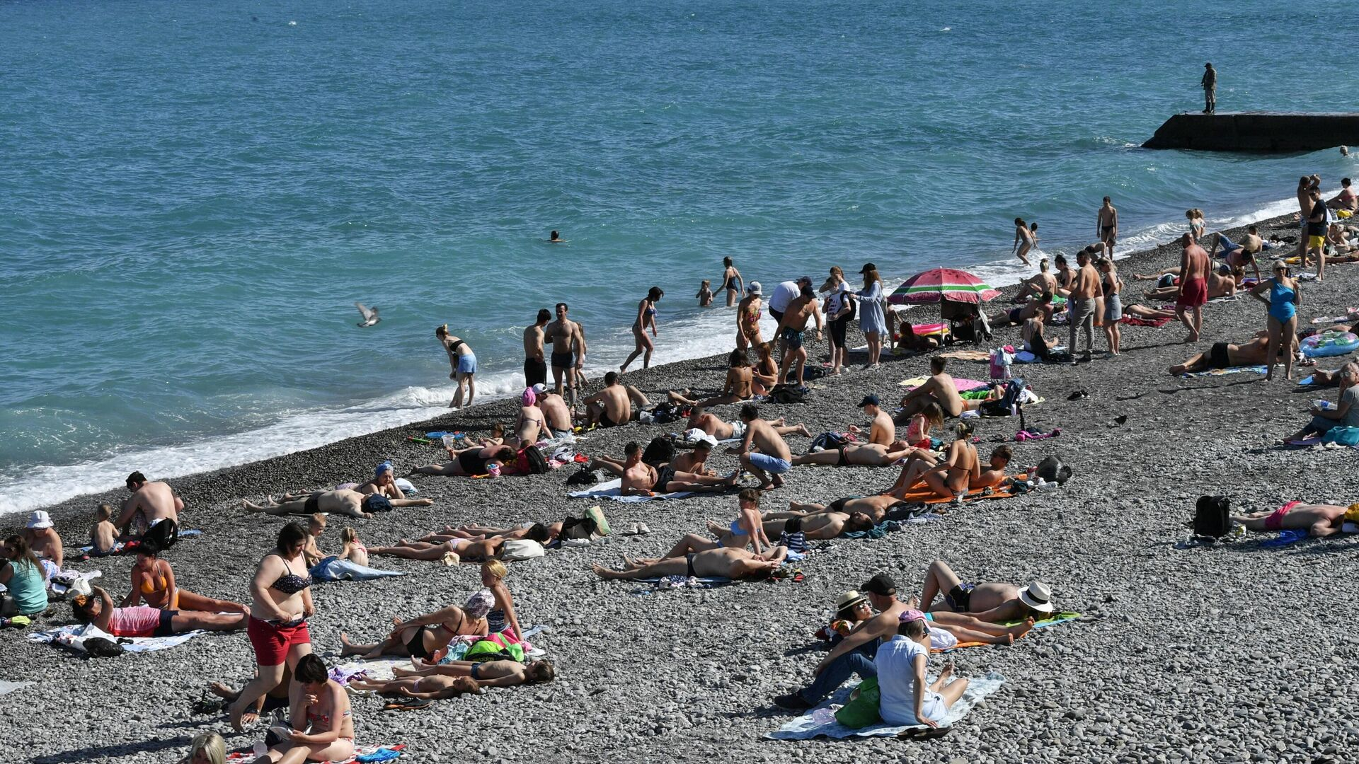 Отдыхающие на пляже в Ялте - РИА Новости, 1920, 06.07.2021