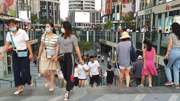Прохожие на улице в Пекине