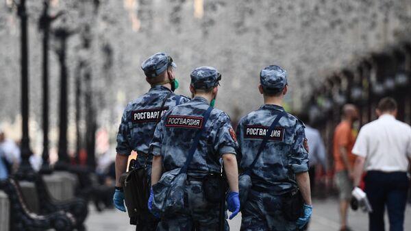 Сотрудники Росгвардии на одной из улиц в Москве
