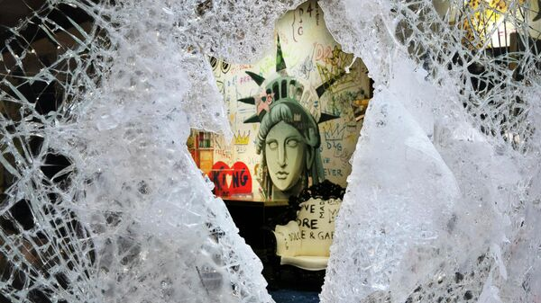 Разбитая витрина магазина Dolce and Gabbana в Нью-Йорке