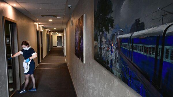 Горничная в коридоре отеля Арт Москва Войковская в Москве