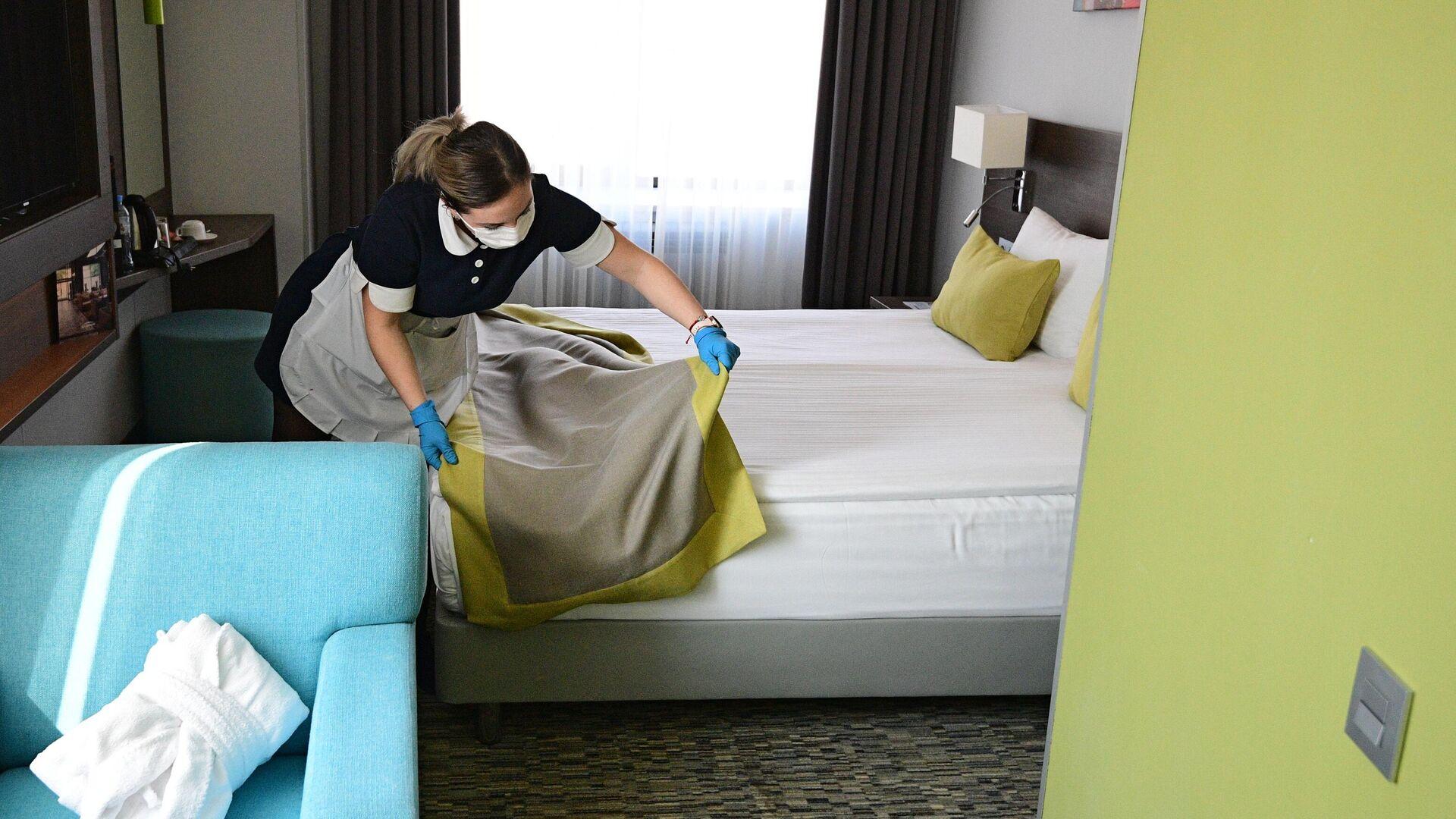 Горничная застилает кровать в номере отеля - РИА Новости, 1920, 14.09.2020