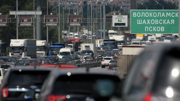 Автомобильное движение на Новорижском шоссе при въезде в Москву